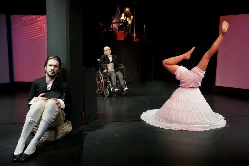 Dem Wanderer (Andreas Mayer, li.) führen das Männlein im Rollstuhl (Margrit Carls) und der Kreatör (Ardhi Engl) ihr Menschenprodukt vor (Kathrin Knöpfl e, re.) | ©Hilda Lobinger