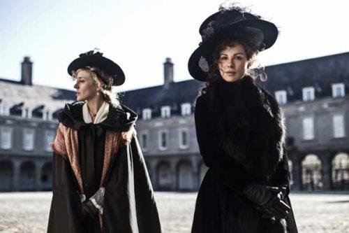 Lady Susan (rechts: Kate Beckinsale) und ihre  Freundin Lady Alicia (Chloë Sevigny) | ©KSM